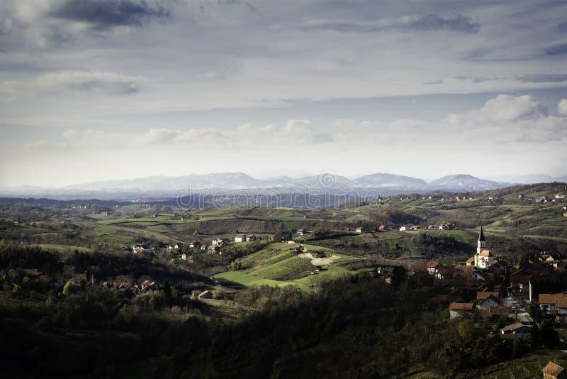 Teren Zagorje blisko Zagreb w wczesnej jesieni z udziałem wioski na wzgórzach i górach w odległości obraz royalty free