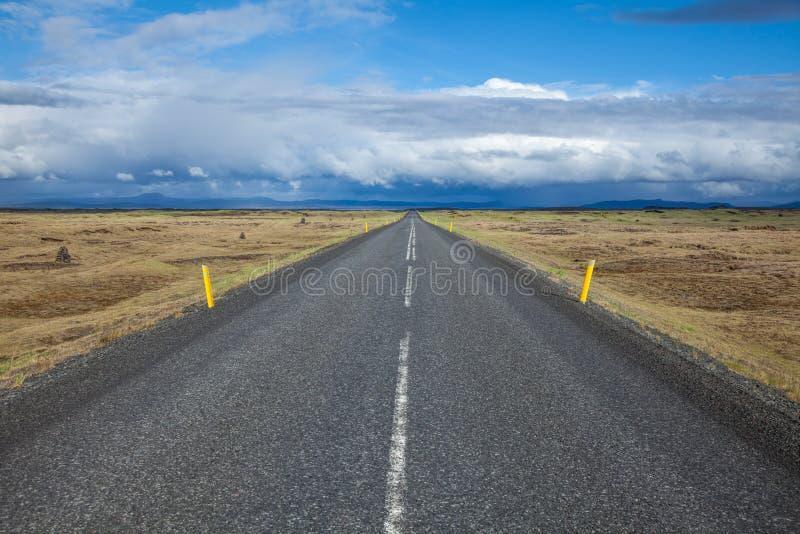 terenu Iceland krafla punktu drogowy prosty target2451_0_ powulkaniczny obrazy royalty free
