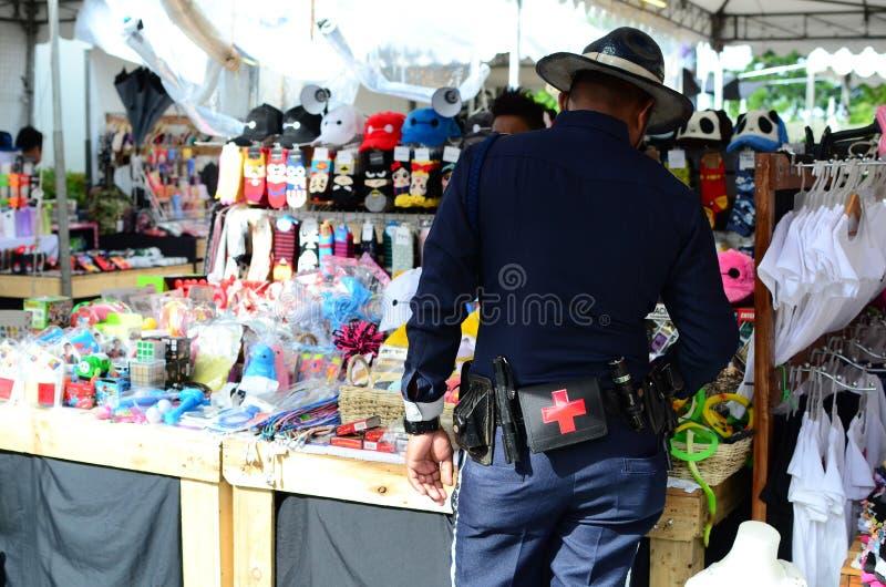 Terenu pracownika ochrony zakupy dla akcesoriów w ulicznym butiku zdjęcie stock