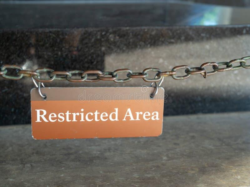 Terenu zamkniętego szyldowy obwieszenie przed ochraniającym terenem zdjęcia royalty free