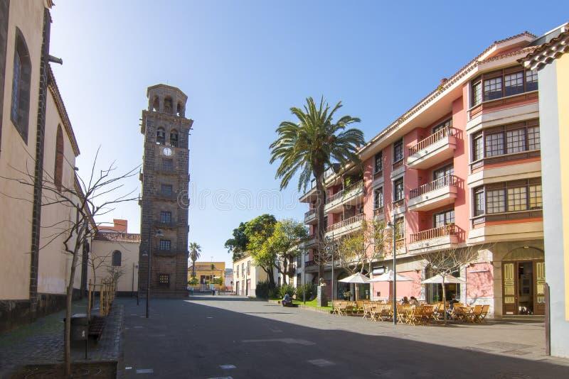 Teresitas strand nära Santa Cruz, Tenerife, kanariefågelöar, SpainChurch av den Iglesia de la Concepcià för obefläckad befruktnin arkivfoton