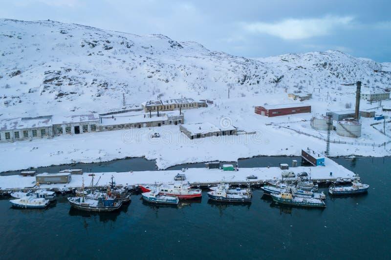Teriberka i den Februari morgonflygfotograferingen Murmansk region, Ryssland royaltyfri foto
