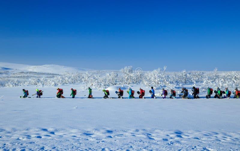 Teriberka, Murmansk/Rússia - 1-30 de março de 2018: Acampamento ártico da viagem das aventuras da expedição norte do russo para a imagens de stock royalty free