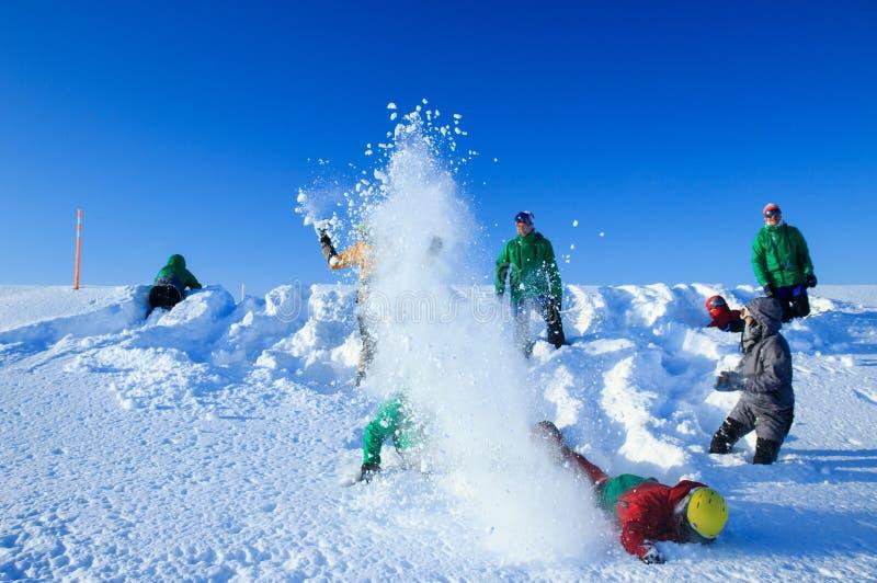 Teriberka, Murmansk/Rusia - 1-30 de marzo de 2018: Las aventuras rusas árticas de la expedición del norte disparan el campo para  fotografía de archivo