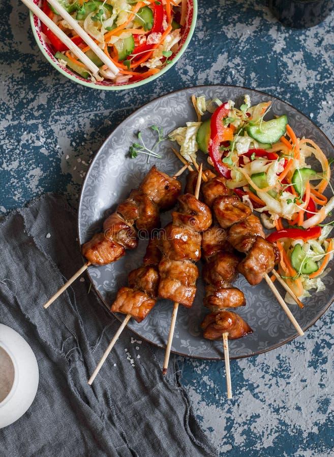 Teriyaki猪肉串和用卤汁泡的菜沙拉 亚洲样式午餐 图库摄影