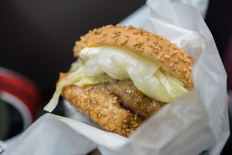 Teriyaki猪肉汉堡 免版税库存照片