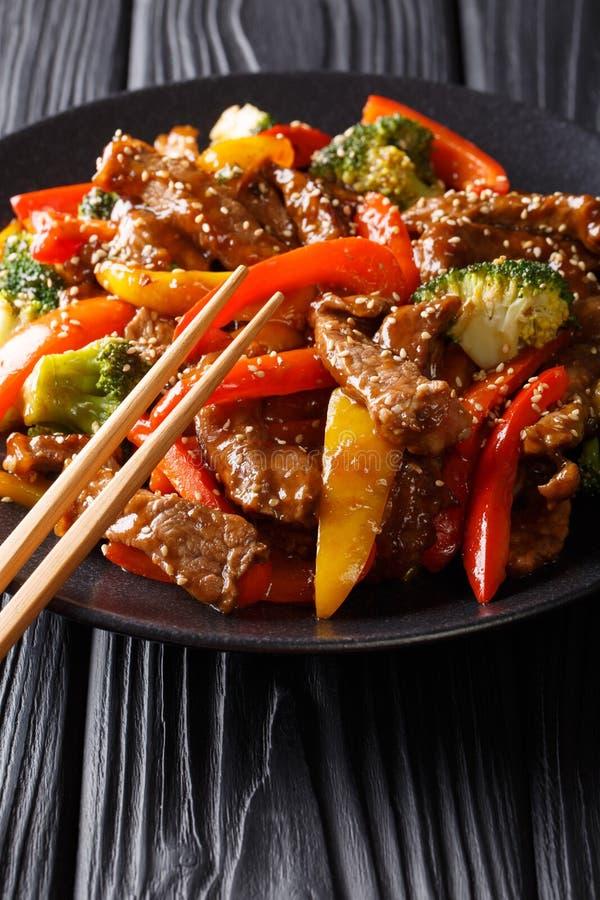 Teriyaki asiatico del manzo di stile con peperone dolce colorato, broccoli e fotografie stock