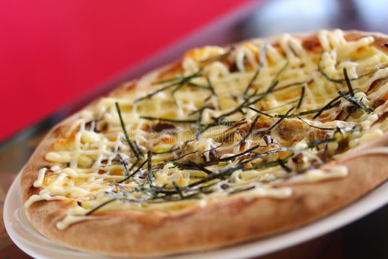 Teriyaki Chikinpiza of Japanse kippenpizza op witte schotel royalty-vrije stock foto's