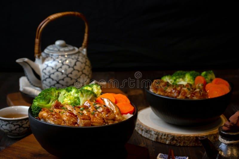Teriyaki kurczaka grilla ryżowy puchar w Azjatyckim jedzenie stylu obrazy royalty free