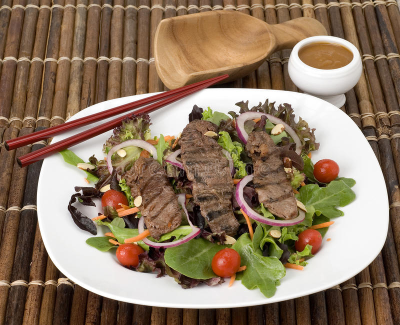 Teriyaki-Steak-Salat lizenzfreies stockbild