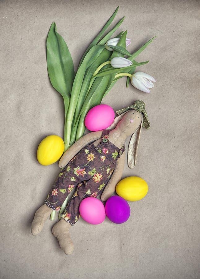 Terkaart met paaseieren, bloemen en Pasen-konijntje stock fotografie
