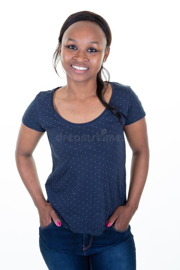 Terloops geklede jonge vrouw met mooie gezonde chocoladehuid in blauwe T-shirt stock foto