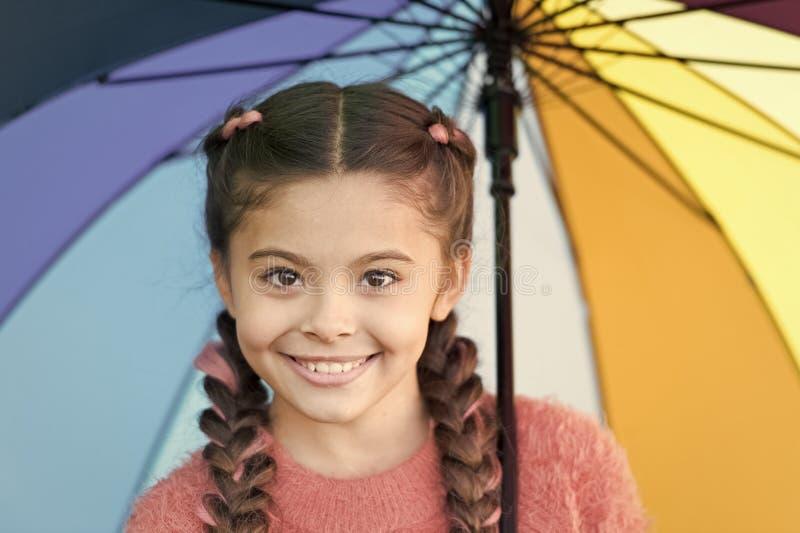 Terloops mooi Gelukkige kinderjaren De herfst nestelt zich Gelukkig meisje met kleurrijke paraplu De herfstmanier voor leuk royalty-vrije stock foto