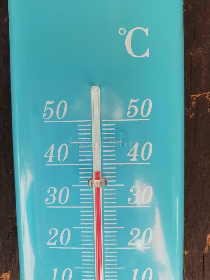 Termómetro azul que muestra 38 grados imagen de archivo