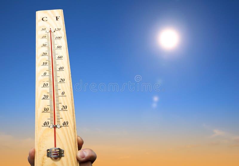 termómetro con temperatura alta fotografía de archivo