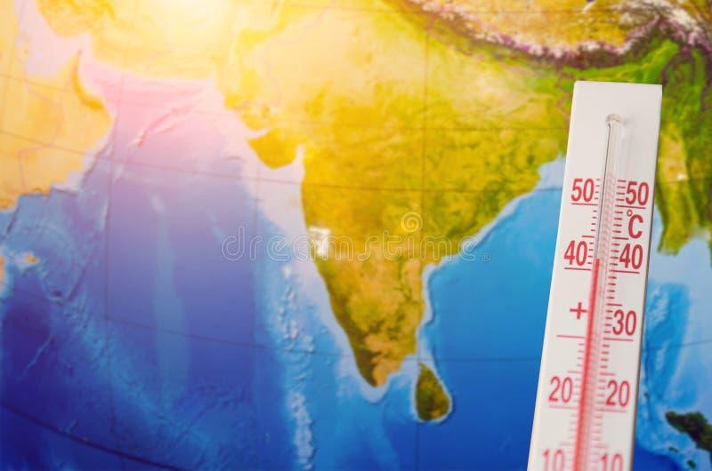 Termómetro con una temperatura alta de cuarenta grados de cent3igrado, contra la perspectiva de subcontinente indio del continent fotos de archivo