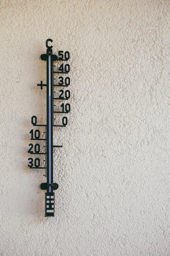 Termómetro de la pared imagen de archivo
