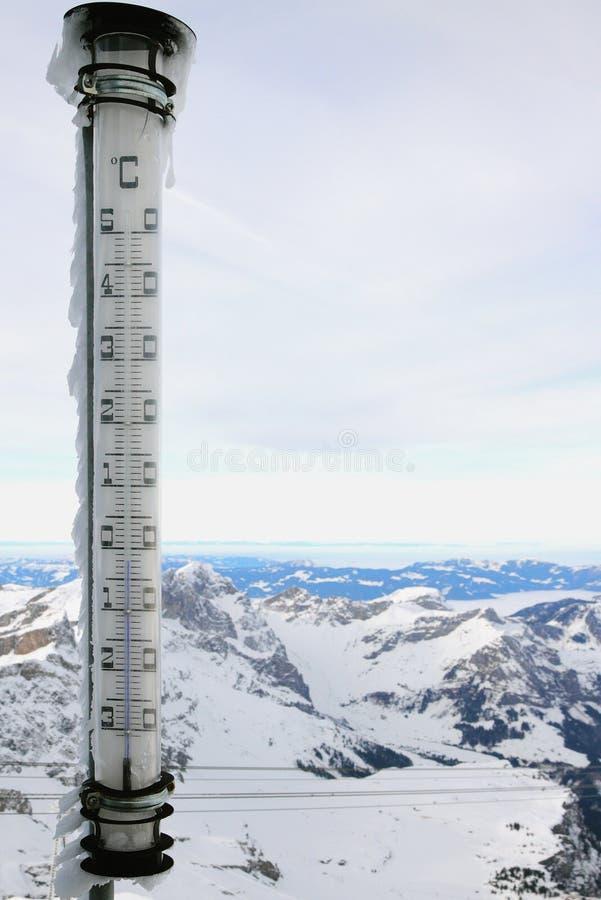 Termómetro enorme sobre las montañas Titlis, Engelberg, Suiza fotos de archivo