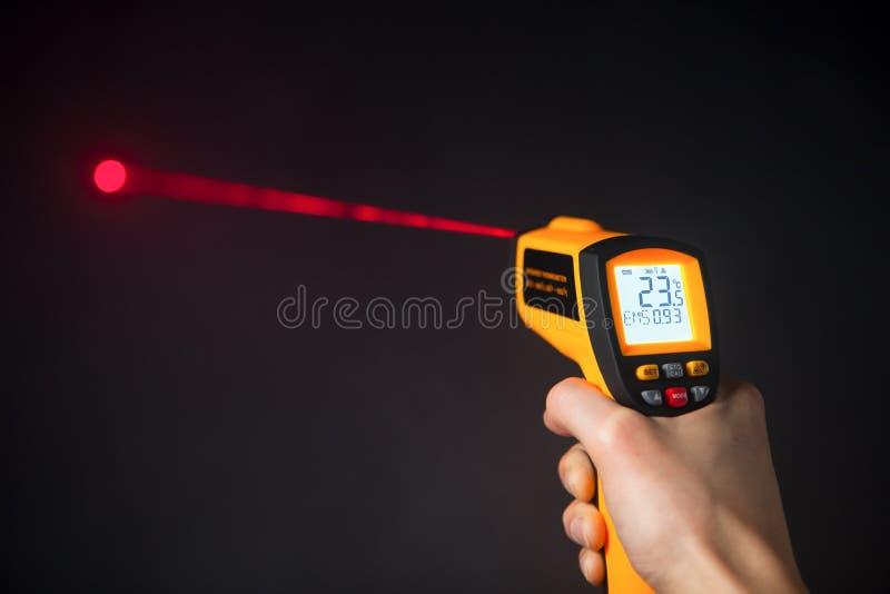 Termómetro infrarrojo del laser a disposición fotografía de archivo libre de regalías