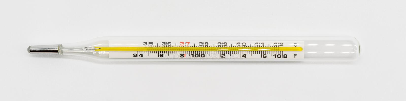 Termómetro médico aislado en blanco imagen de archivo libre de regalías