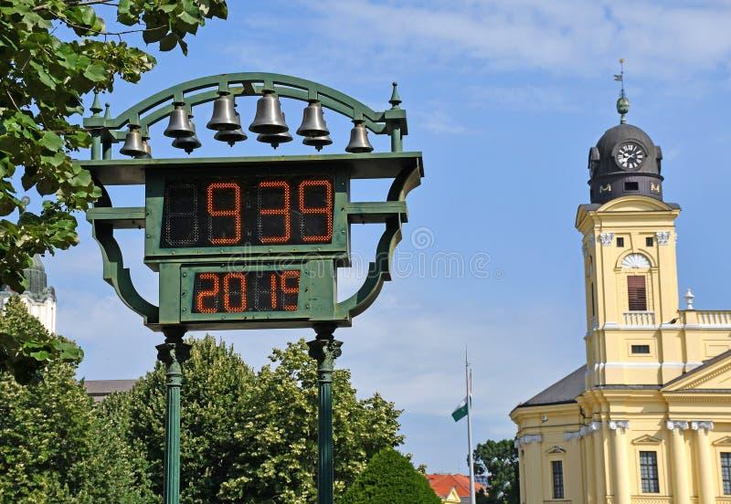 Termómetro y reloj al aire libre en la ciudad foto de archivo