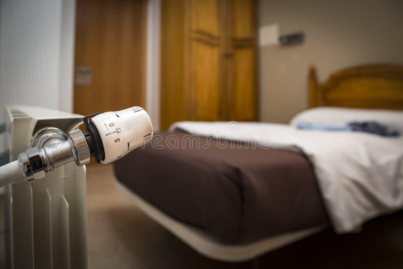 Termóstato de un radiador de la calefacción en un dormitorio fotografía de archivo libre de regalías