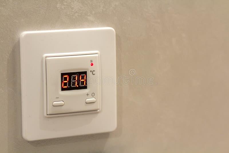Termóstato digital programable electrónico blanco en fondo ligero del espacio de la copia de la pared Control del clima, hogar có fotos de archivo