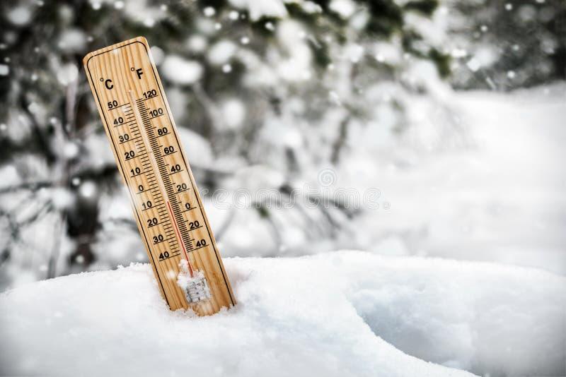 Termômetro com as temperaturas abaixo de zero que colam para fora fotos de stock