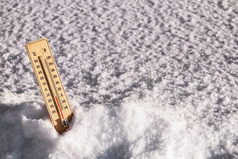 Termômetro com uma temperatura acima de zero imagem de stock royalty free