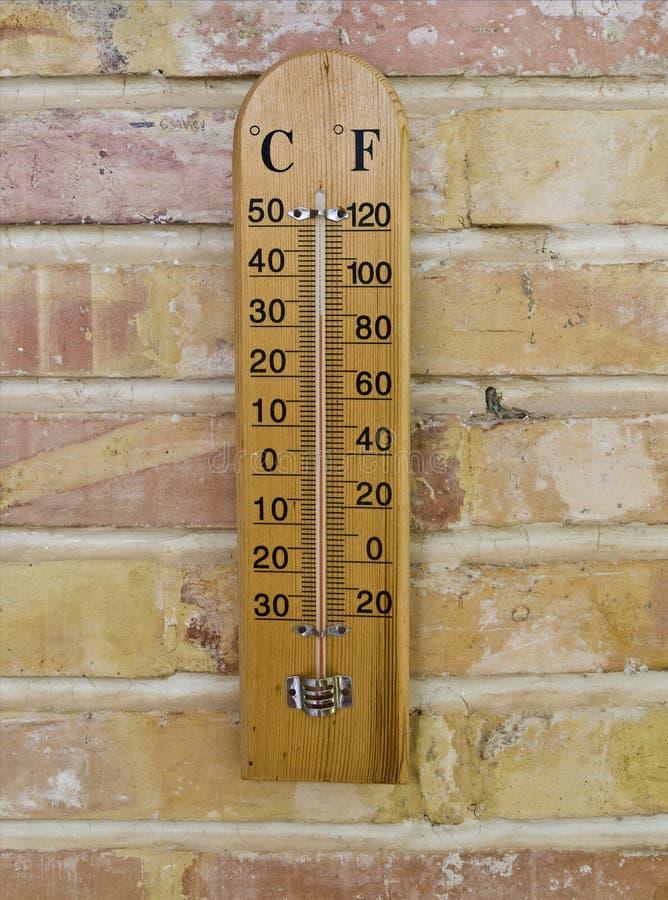 Termômetro de madeira imagem de stock