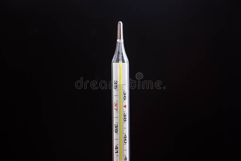 Termômetro de vidro médico isolado no fundo preto foto de stock royalty free