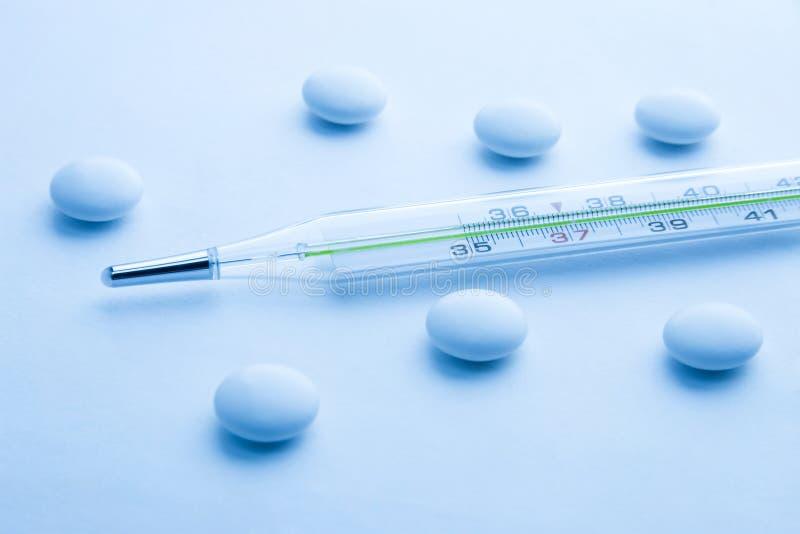 Termômetro e comprimidos médicos foto de stock royalty free