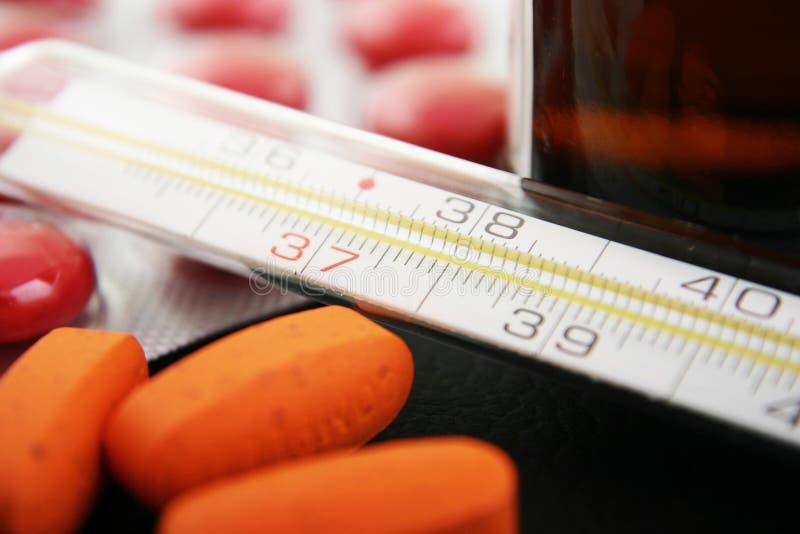 Termômetro e medicamentação fotografia de stock royalty free