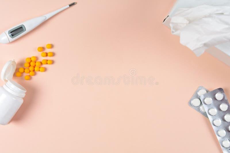 Termômetro eletrônico médico, gotas e comprimidos no fundo cor-de-rosa Conceito dos cuidados médicos Vista superior Copie o espaç imagem de stock