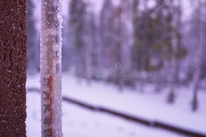 Termômetro em um dia frio ou em umas medidas quentes do dia a temperatura Termômetro análogo foto de stock