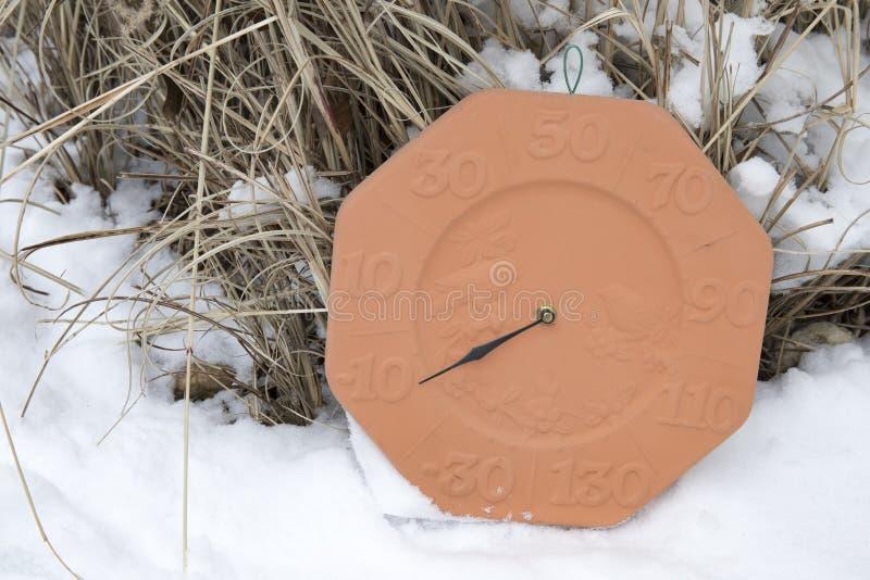 Termômetro exterior que registra-se abaixo de zero fotografia de stock