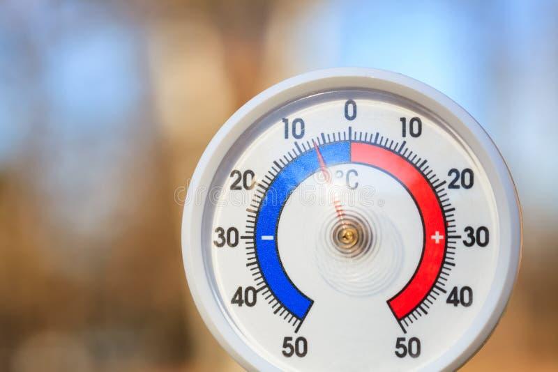 Termômetro externo mostra temperatura subzero - conceito de onda fria imagens de stock royalty free