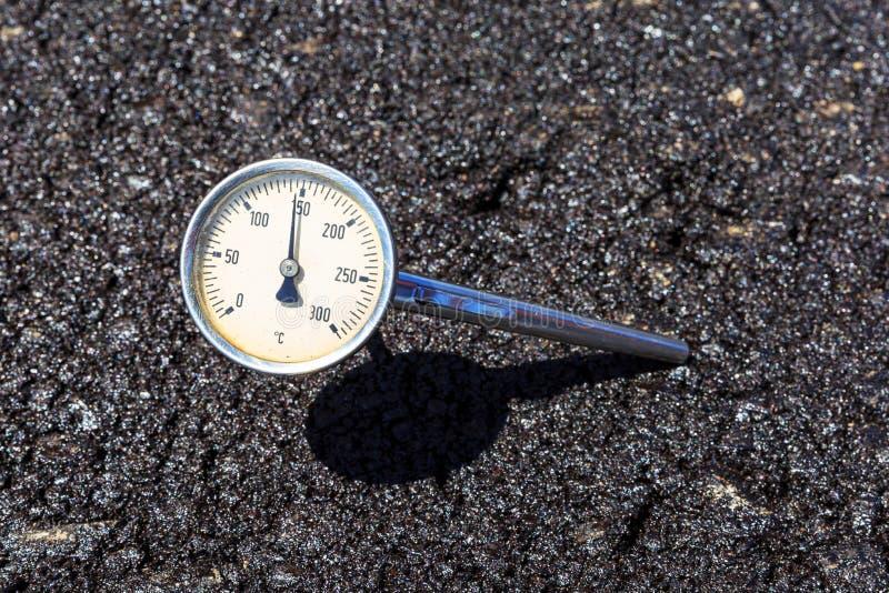 Termômetro na mistura quente do aspahlt imagem de stock