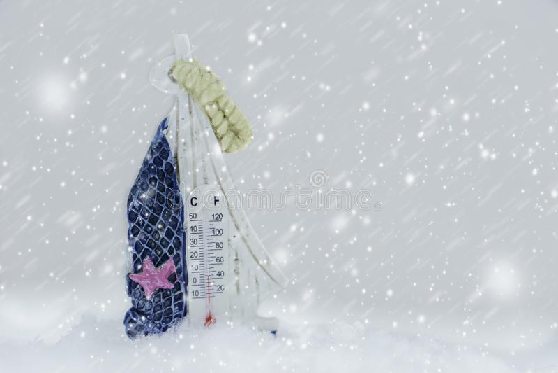 Termômetro na neve no inverno fotografia de stock royalty free