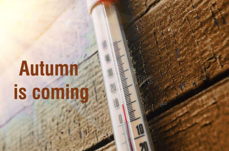 Termômetro na parede de madeira velha, conceito do tempo fresco do outono foto de stock royalty free