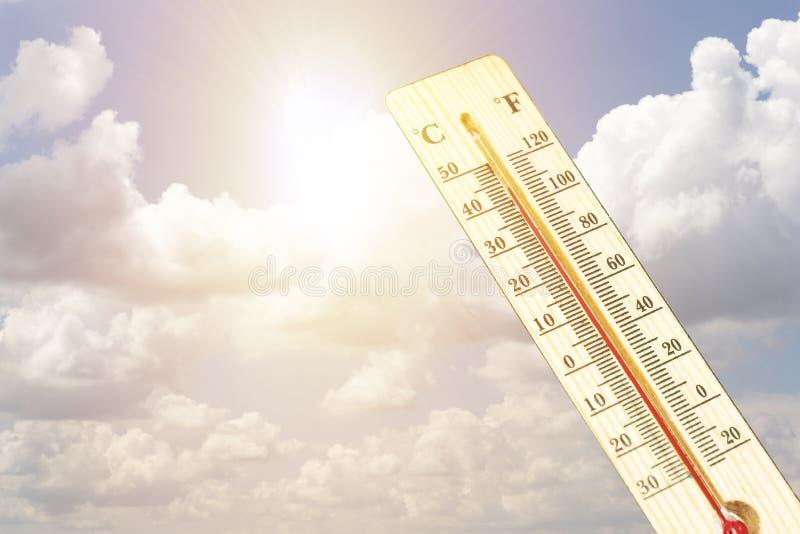 Termômetro no conceito quente mesmo do dia, o de alta temperatura ou o morno do ambiente foto de stock royalty free