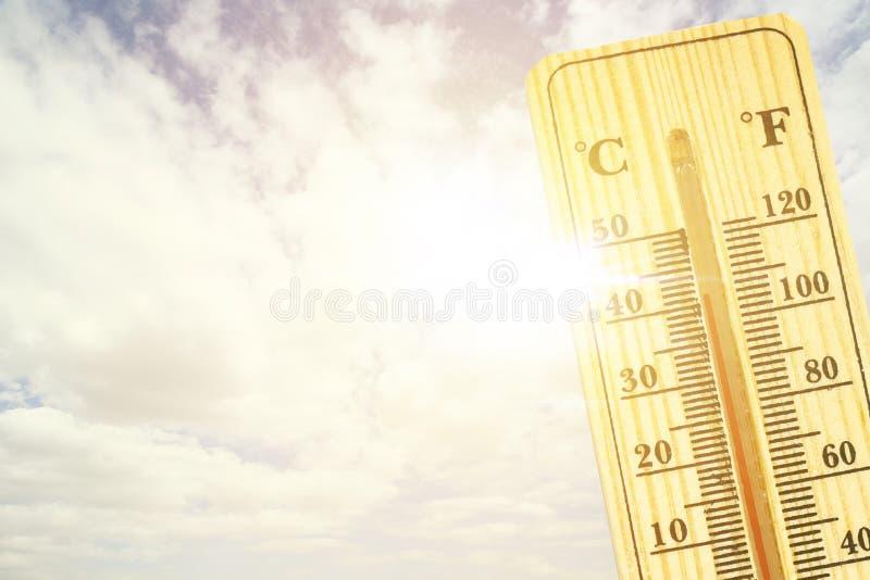 Termômetro no conceito quente mesmo do dia, o de alta temperatura ou o morno do ambiente fotos de stock