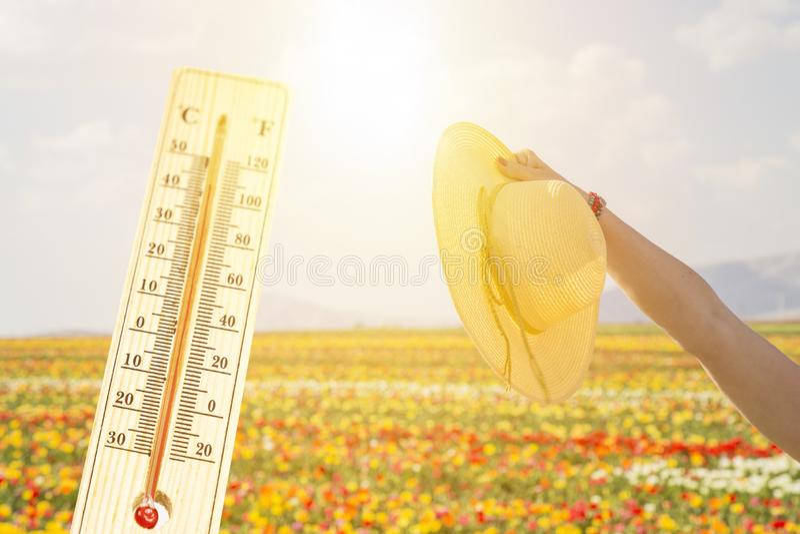 Termômetro no conceito quente mesmo do dia, o de alta temperatura ou o morno do ambiente imagem de stock