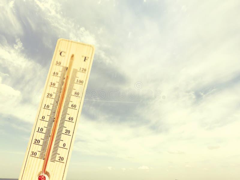 Termômetro no dia quente mesmo, fotografia de stock
