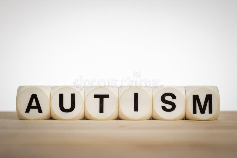 Term dobbelt het Autisme met stuk speelgoed nauwkeurig dat wordt beschreven dat royalty-vrije stock foto