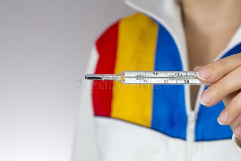 Termômetro de Mercury na mão da mulher fotos de stock