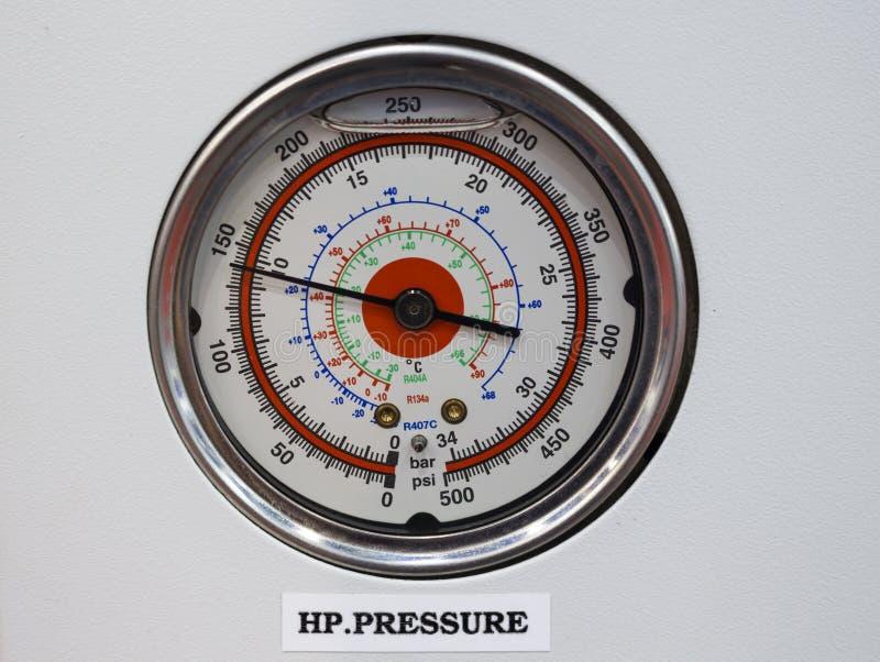 Termômetro do calibre de pressão no pa do controle de sistema da osmose reversa foto de stock royalty free