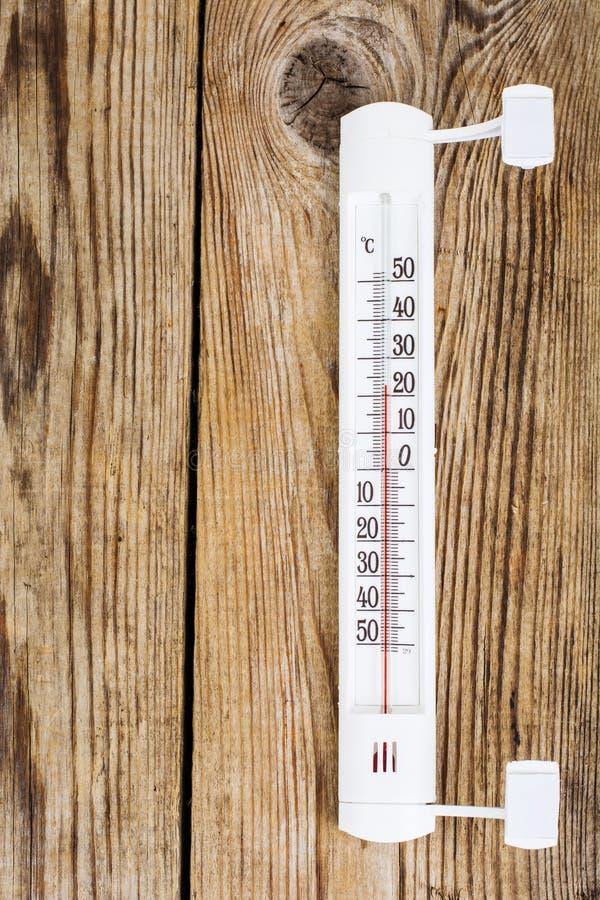 Termômetro exterior no fundo de madeira imagens de stock