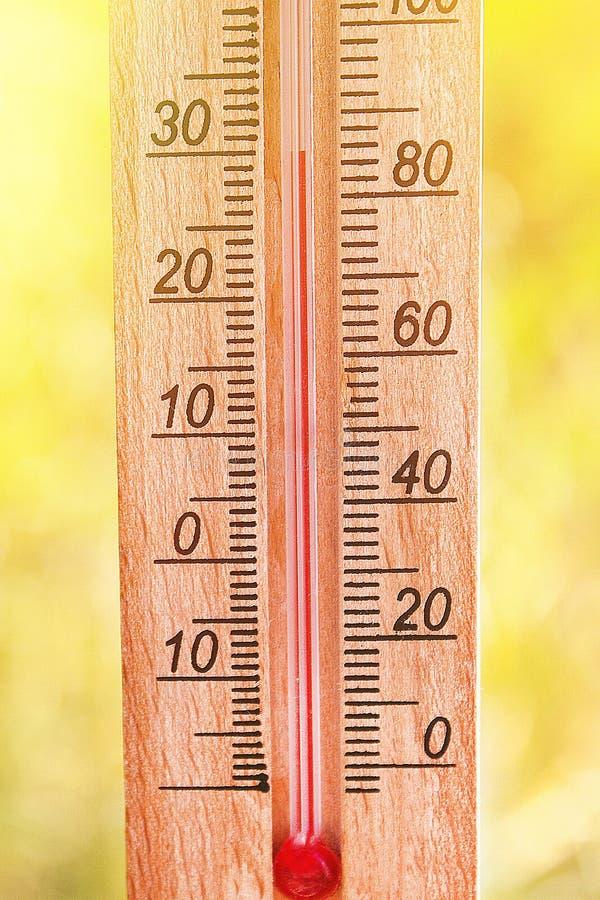 Term?metro que indica a eleva??o temperaturas quentes de 30 graus no dia de ver?o do sol imagem de stock