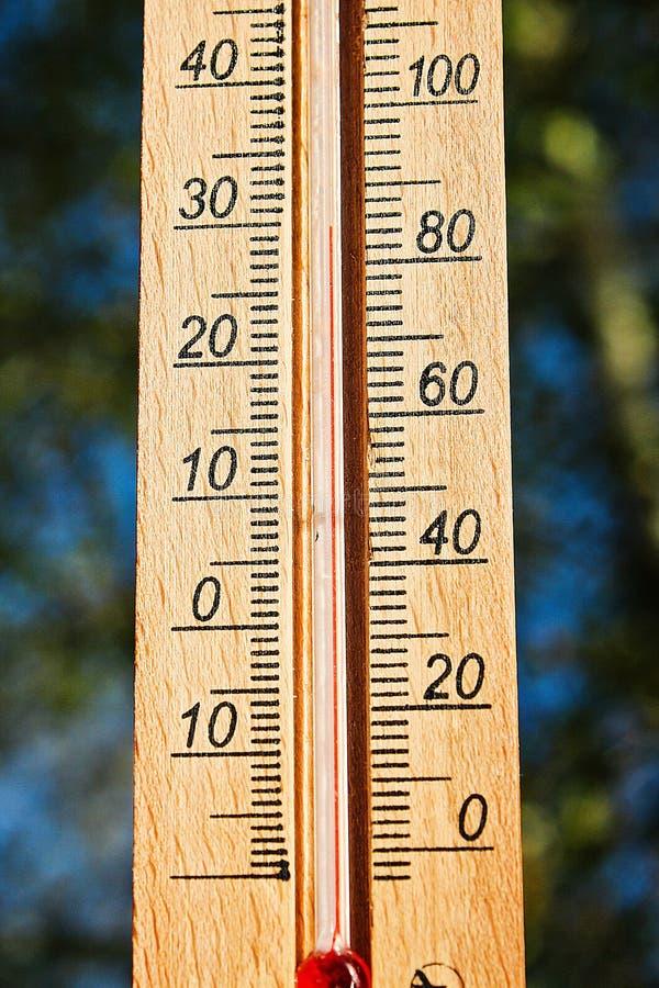Term?metro que indica a eleva??o temperaturas quentes de 30 graus no dia de ver?o do sol fotografia de stock royalty free